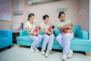 เยี่ยมคุณแม่หลังคลอดและทารกแรกเกิดในชุดตรุษจีน