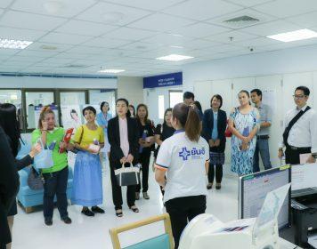 """[gallery ids=""""39901,39902,39903,39905""""] นับเป็นอีกก้าวหนึ่งของความสำเร็จและการพัฒนาโรงพยาบาลให้ก้าวไปสู่ระดับสากล นำโดยนพ.สุธน พิศูทธินุศาสตร์ ผอ.ฝ่ายการแพทย์ โรงพยาบาลยันฮี ร่วมกับนพ.สุรสิทธิ์ สุรเตวัฒน์ หัวหน้าแพทย์ฉุกเฉิน และ UM Physician ให้การต้อนรับและร่วมประชุมกับตัวแทนประกันชีวิต AIA ซึ่งให้เกียรติมาเยี่ยมชมดูงานและศักยภาพการรักษาคนไข้ของโรงพยาบาล สร้างความมั่นใจว่าผู้มารับบริการทุกคนของโรงพยาบาลจะได้รับการบริการด้วยความพึงพอใจ"""
